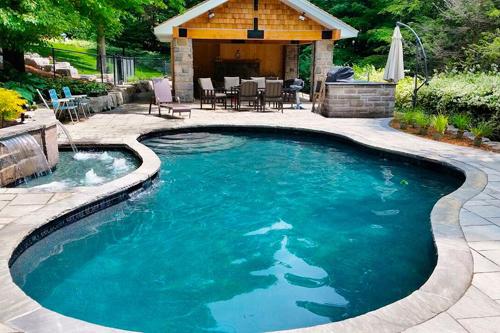 piscina-con-forma-y-filtro-skimmer